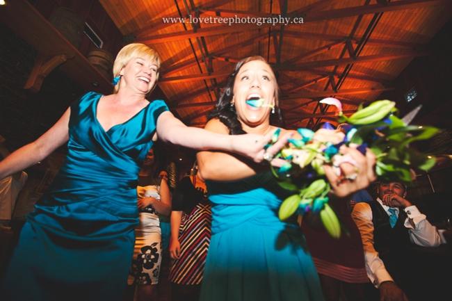 Невеста бросает букет лови
